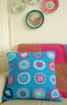 Sunburst granny square Pattern at http://www.ravelry.com/projects/memerose/starburst-flower-crochet-blanket-2