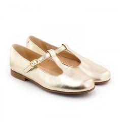 Les Boni Mélodie sont de jolies petites chaussures filles salomé en cuir métallisé. Des chaussures faciles à mettre grâce à leur fermeture à boucle. Des ballerines filles en cuir souple avec une semelle antidérapante.