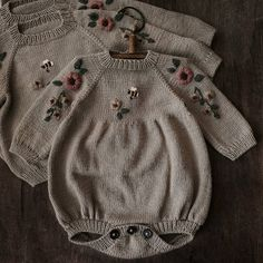 Knitting For Kids, Baby Knitting, Crochet Baby, Sweater Knitting Patterns, Baby Kids Clothes, Knit Fashion, Baby Sewing, Baby Patterns, Kids Outfits