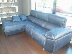 ¿Qué os parece este espectacular sofá en color azul? Lo tenemos en exposición y no sólo es grande sino también es comodísimo... Ideal para echarse la siesta para recuperar fuerzas para salir esta noche...