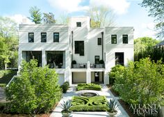 You know we love simplicity in the interior. But when those clean lines and pared down color palettes translate to the exterior as well we couldn't be more thrilled. This Buckhead home from Atlanta Homes and Lifestyle is a stunning example of an Art Deco Casa Art Deco, Art Deco Home, Architecture Design, Art Deco Colors, Art Deco Buildings, Art Deco Lamps, Atlanta Homes, Atlanta Art, Art Deco Design