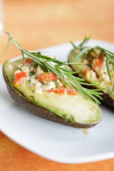 Grilled avocado with tomatoes and feta filling Avocado Recipes, Vegetable Recipes, Vegetarian Recipes, Healthy Recipes, Grilled Avocado, Clean Eating, Healthy Eating, Le Diner, Food For Thought