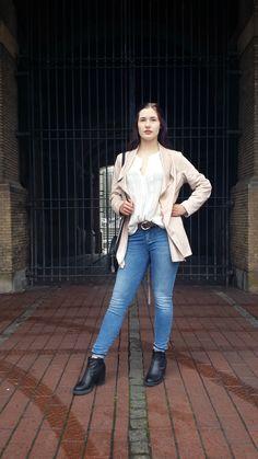 Outfit der Woche! Kurzmantel aus Ziegenveloursimitat: Fuchs Schmitt – Bluse mit Spitzendetails: Marc Cain – Skinny Jeans: Tommy Hilfiger – Gürtel: Vanzetti – Tasche: s.Oliver #fashion #ootw