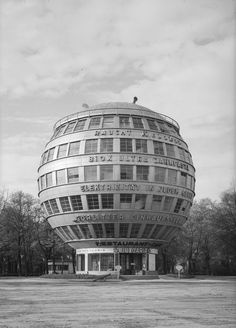 Structure by architect Peter Birch, Dresden, 1928 Walter Hahn Architecture in the Atomic Age Unusual Buildings, Modern Buildings, Amazing Architecture, Art And Architecture, Environmental Architecture, Architecture Portfolio, Dresden, Bauhaus, Amsterdam