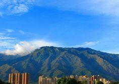 Caracas verde y azul.  Fotografía cortesía de @postalescaracas  #LaCuadraU #Caracas #ElAvila #CaracasHermosa #GaleriaLCU
