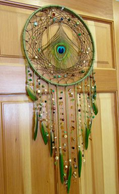 Helpful tips for wedding dream ring Peacock Crafts, Feather Crafts, Feather Art, Dream Catcher Art, Feather Dream Catcher, Purple Dream Catcher, Bedknobs And Broomsticks, Parrot Feather, Deco Boheme