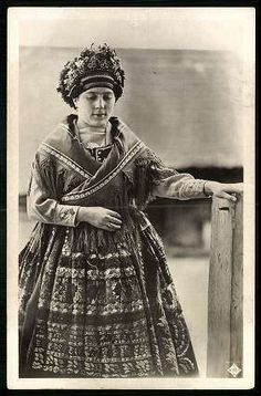 Sárközi leány | Képeslapok | Hungaricana Retro Pictures, Folk Clothing, Hungarian Embroidery, Folk Dance, Sales Image, Folk Costume, Original Image, Folklore, Traditional Outfits
