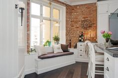 Zdjęcie: jak urządzić kuchnię z siedziskiem pod oknem i ścianami z czerwonej cegły ?