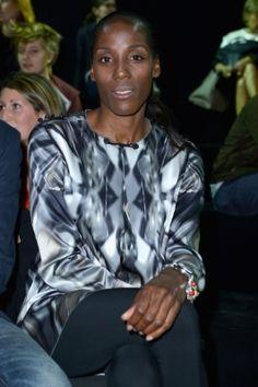 Fiona May tra gli ospiti di Iceberg, indossava pantaloni skinny neri e una particolare maglia con stampe dalle tonalità del grigio d'ispirazione etnica e con alamaro sul girocollo e bottoncini sulle spalle.