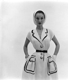Hermes dress, 1952 (Gordon Parks) Drawn lapels, buttons and pockets . Vintage Fashion 1950s, Fifties Fashion, Look Vintage, Vintage Mode, Vintage Beauty, Retro Fashion, Gordon Parks, 1950s Style, Vintage Outfits