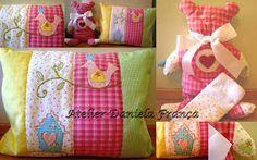 Daniela França Patchwork: Travesseiro e ursinho em rosa, azul, verde e amarelo
