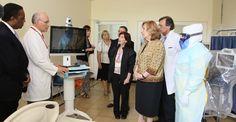 Las habitaciones cuentan con tecnología destinada al acompañamiento de pacientes a través de pantallas  conectadas a un sistema de teleconferencia, parte de las normas que exigen los protocolos internacionales.
