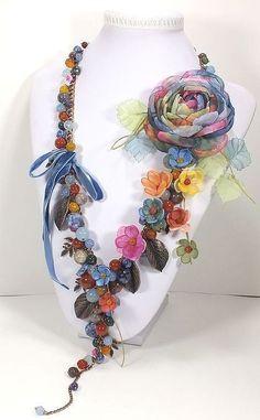 Resultado de imagen para collares con flores de tela y piedras Scarf Jewelry, Textile Jewelry, Fabric Jewelry, Wire Jewelry, Jewelry Crafts, Jewelry Art, Jewelery, Jewelry Design, Fashion Jewelry