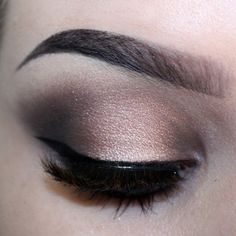 Halo eye using Naked 3. Apply a light base. Use Trick on the lid, concentrating most of the colour in the centre. Apply Mugshot in the inner and outer corner and blend. Blackheart in the inner and outer corner blend softly, as well as under the lower lash line.