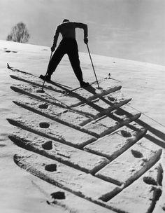 A skier climbs a ski slope in (Hulton Archive / Getty Images) - AAA Schweiz Plakate & Historisches - Nordic Skiing, Alpine Skiing, Snow Skiing, Ski Vintage, Vintage Ski Posters, Vintage Travel, Kite Surf, Ski Bunnies, Ski Mountain