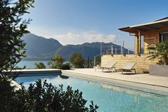 Vue imprenable sur le lac du Bourget Implantée au pied de la colline de Tresserve, une belle propriété avec maison d'architecte en palier sur deux étages et piscine domine le plus grand lac naturel de France. © Fabien Delairon