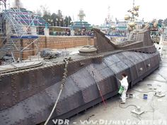 Cleaning day for the large scale outdoor Nautilus replica at Disneyland Paris (probably in Disneyland California, Vintage Disneyland, Disneyland Paris, Disney Princess Facts, Disney Fun Facts, Disney World Resorts, Walt Disney World, Nautilus Submarine, Russian Submarine