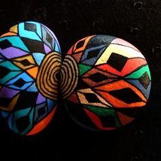 129, les inséparables, galets peints à l'acrylique aux couleurs vives et multicolores, rouge, doré