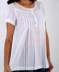 Resultado de imagem para blusas simples cambraia I like the fit of this blouse. Sleeves are ok for evening or with light sweater Saree Blouse Neck Designs, Blouse Patterns, Western Tops, Western Wear, Maternity Fashion, Maternity Dresses, Lovely Dresses, Lounge Wear, Couture