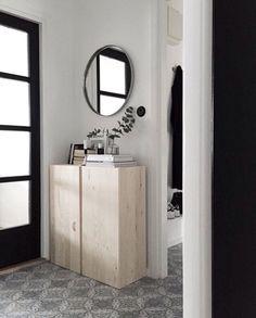 Mueble IKEA con espejo redondo.