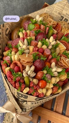 Charcuterie Picnic, Charcuterie Recipes, Charcuterie And Cheese Board, Food Bouquet, Party Food Platters, Picnic Foods, Cafe Food, Healthy Eating Tips, Savoury Dishes