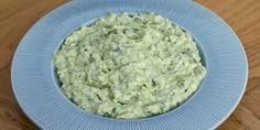 Virkelig lækker (og sundere) avocado-tzatziki, der f.eks. kan spises som dip, dressing til salat eller som tilbehør til alt fra frikadeller og fisk til kylling, lam og andet kød. Tzatziki, Pesto, Guacamole, Avocado Creme, Banting Recipes, Grilling Sides, Baked Oats, Danish Food, Greens Recipe