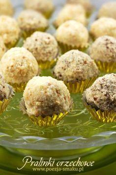 Pralinki orzechowe / kokosowe z mleka w proszku (Coconut / Nut pralines with… Unique Desserts, Delicious Desserts, Sweet Little Things, Sweets Cake, Polish Recipes, Confectionery, Cupcake Cookies, No Bake Desserts, Sweet Recipes