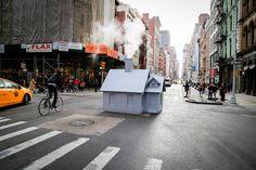 Pour son projet intitulé Smökers, l'artiste allemandMark Reigelman a installé des petites maisons en bois sur les célèbres bouches d'égout fumantes de N