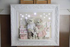 Quadro Porta de Maternidade personalizado, com urso importado, ursos artesanais e detalhes decorativos, ilumina��o em led em diversos pontos.<br>Moldura Luxo - 55 cm x 65cm