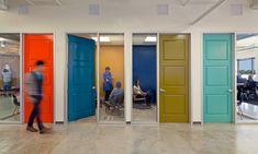 Reputation.com's City Office in New Jersey. Kies voor kleur op de deur als je meer deuren naast elkaar plaatst op school.