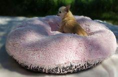 De Bessie and Barnie manden en bedden zijn een exclusieve lijn van handgemaakte hondenmanden en hondenkussens uit Amerika en extreem zacht, allen gemaakt van extreem zachte Shaggy stof, zeer goed gevuld en daardoor een heerlijke comfortabele en luxe ligplek voor elke hond ongeacht het formaat van uw hond.   Sinds de oprichting in New York is het Bessie and Barnie merk al een hoogst populaire bestemming voor's werelds meest veeleisende honden en hun eigenaars. Niet te verbazen dat vele...