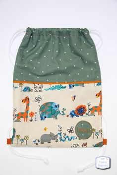 Conjunto de arrullo y bolsa a juego. February Baby, Yarn Bag, Small Sewing Projects, Patchwork Bags, Kids Bags, Knitted Bags, Zipper Bags, Handmade Bags, Creations