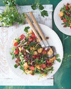 Svěží rajčatový salát skvěle doplní pikantní chorizo a křupavé opečené krutony. Chorizo