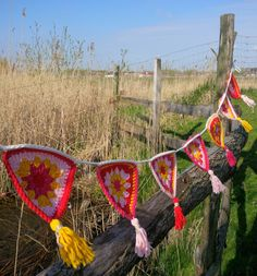 IMG_20160418_101055_edit Crochet Bunting Pattern, Crochet Garland, Crochet Home, Free Crochet, Knit Crochet, Bunting Garland, Ibiza Fashion, Colorful Artwork, Hanging Ornaments