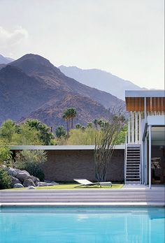 Learn the story of the Kaufmann Desert house in Palm Springs California, one of the most famous modern houses of the century. In 1946 Edgar Kaufmann commissioned Richard Neutra to design a winter vacation home in Palms Springs California… Richard Neutra, Modern Architecture House, Amazing Architecture, Architecture Design, California Architecture, Installation Architecture, Sustainable Architecture, Casa Kaufmann, Palm Springs Style