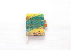 縫取り織りというグアテマラ伝統の織りの技術を使って織り上げられた刺繍のように見える緻密な柄が特徴の民族衣装上衣ウィピルのビンテージ布を使った「Guipil」シリーズの手帳カバー A6 [gui-San Juan Sacatepequez1] です。