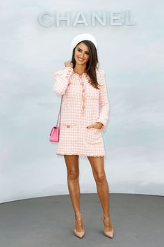 Look of the Day: July Penelope Cruz - Penelope Cruz was the perfect mixture of sweet and sophisticated in her light pink tweed minidress, beret and pointed heels at the Chanel Haute Couture F/W show in Paris, France. Chanel Couture, Style Haute Couture, Chanel Outfit, Chanel Dress, Chanel Fashion, Chanel Style, Penelope Cruz, Look Fashion, High Fashion