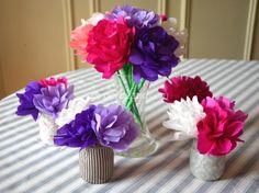 Une idée de cadeau de fête des mères à fabriquer avec les enfants : un bouquet de fleurs en papier. Une activité de loisirs créatifs facile et à la portée de tous.