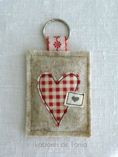 Tania's work: Step by step: Applied free and keychain - Arthur Marlow Small Sewing Projects, Sewing Crafts, Free Motion Embroidery, Freehand Machine Embroidery, Embroidery Hoop Crafts, Christmas Crafts To Make, Fabric Cards, Lavender Bags, Cross Stitch Pictures