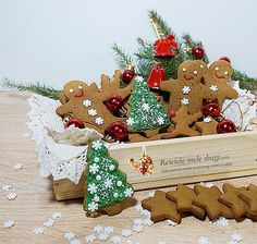 Stelute cu scortisoara Gingerbread Cookies, Biscuit, Christmas Ornaments, Holiday Decor, Desserts, Rome, Gingerbread Cupcakes, Tailgate Desserts, Deserts
