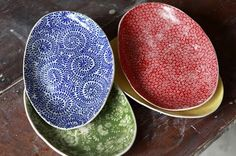 Australian ceramic artist Samantha Robinson makes awesome pottery, patterned in fresh colors.