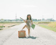 Le photographe japonais Nagano Toyokazu réalise une série « My Daughter Kanna », qui met en scène sa petite fille de 4 ans au milieu d'une route déserte. Ayant pour seuls artifices quelques accessoires, Kana nous fait entrer dans un univers haut en couleurs où elle règne en maître. De superbes clichés à découvrir.  https://www.flickr.com/photos/toyokazu/