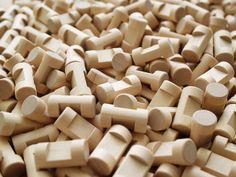 Wooden construction set. Tanti piccoli cilindri di legno di betulla senza nodi e senza nessun tipo di verniciatura. Solo il colore del legno e l'immaginazione per costruire qualsiasi forma che suggerisca la fantasia. Trovi queste costruzioni in legno su http://www.giochiecologici.it/p/427/costruzioni-in-legno-ad-incastro-111-pezzi oppure a La Casa sull'Albero a Conegliano in Corte delle Rose 28 o a Montebelluna in piazza Oberkochen 33