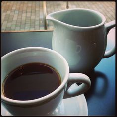 Nov. 2013.  西海岸での新しい珈琲体験(浅煎り、シングルオリジン、豆の個性を前面に!)にガッツリはまって帰国してようやくたどり着いた当時噂のこのお店、初訪問、初Aeropress。Tim Wendelboeのケニアを勧められるがままに頼んで一口、口に含んだときの衝撃と言ったら…。 シアトル、ポートランド、サンフランシスコ、西海岸の店々で飲んだあの珈琲の衝撃再び、つーかこのときのFuglenは今以上に際立った酸味、果実味を前面に出してた気がする。この一杯は本当にカシスジュースのようで「鮮烈」という言葉がふさわしいカップでした。しかもあの立地で一杯500円(消費税増税前)だもん。以来、渋谷、原宿、代々公近辺で珈琲といえばこのお店。オーナー、小島氏のエスプレッソもそりゃもうやばいッス。 #coffee #japan #tokyo #aeropress #tomigaya #kenya