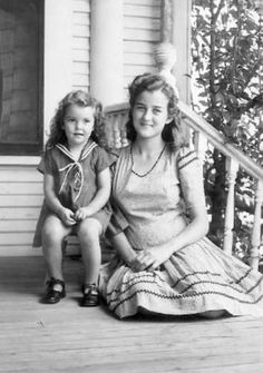 +~+~ Vintage Photograph ~+~+ Sweet picture of Big and Little Sis. Photo Vintage, Vintage Love, Vintage Beauty, Vintage Ladies, Vintage Pictures, Vintage Images, 1940s Fashion, Vintage Fashion, Black White Photos
