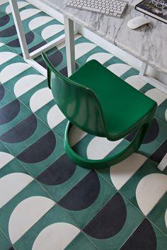 Unodei pattern graficiPopham design nella loro casa di Marrakech.  Seduta Steen Ostergaard /// One of the Popham design graphic pattern in their Marrakech house • Photo Nicolas Matheus