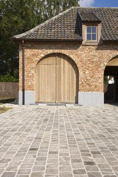 Discover affordable natural stone for the driveway and terrace! Small f … – Door Ideas House Design, New Homes, Driveway Design, Building A House, Front Garden, Front Yard Landscaping, Garden Floor, Garage Guest House, House Exterior