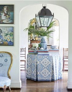 I love this entryway in the home of designer The beautiful skirted table, her wonderful collection of blue and white… White Home Decor, Diy Home Decor, Entry Hall, Entrance, White Rooms, White Houses, My Living Room, Traditional House, Sweet Home
