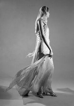 Vionnet dress in action 1930s Fashion, Art Deco Fashion, Timeless Fashion, Vintage Fashion, Edwardian Fashion, Fashion Goth, Madeleine Vionnet, Belle Epoque, Vintage Outfits