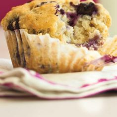 Blueberry oatmeal muffins made with plain yogurt Blueberry Oatmeal Muffins, Mini Muffins, Blue Berry Muffins, My Recipes, Baking Recipes, Dessert Weight Watchers, My Favorite Food, Favorite Recipes, Ricardo Recipe